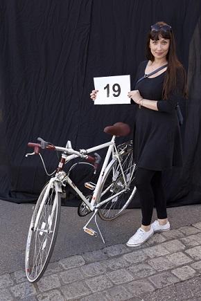 Barbara Müller mit eigenem Velo am Fotostand Foto Melanie Scheuber